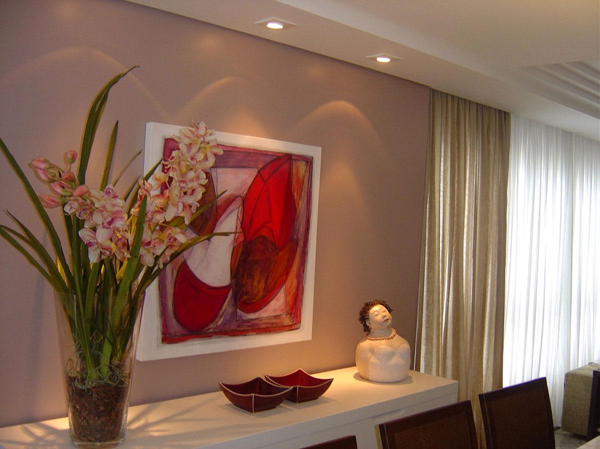 Obra Flores em lilás e vermelho da artista plástica Fabiana Langaro Loos em ambiente assinado por Junior Schmitt e Salvio Junior